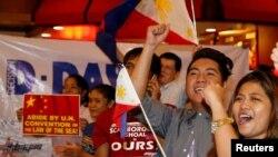 12일 유엔 국제상설중재재판소가 필리핀 정부에서 제기한 남중국해 소송 판결을 통해 중국의 영유권 주장을 일축한 가운데, 필리핀 마닐라의 활동가들의 중재재판소 결정에 환호하고 있다.