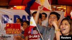 菲律賓民眾在馬尼拉一家餐館內支持裁決結果