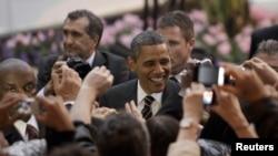 Presiden AS Barack Obama menyalami massa dalam kunjungan di Cannes, Perancis tahun lalu (foto: dok). Kebijakan Obama mendapat dukungan kuat di Eropa.