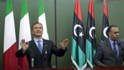 فرانکو فراتینی وزیر امور خارجه ایتالیا به همراه علی العیساوی یک مقام بلندپایه مخالفان در بنغازی، لیبی - ۳۱ مه ۲۰۱۱
