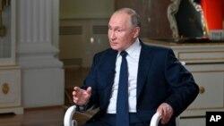 ປະທານາທິບໍດີ ຣັດເຊຍ ທ່ານວລາດີເມຍ ປະຕິນ ກ່າວຕໍ່ນັກຂ່າວ ທ່ານ ເຄຍ ຊາຍມອນສ໌ ຂອງອົງການຂ່າວ NBC ໃນລະຫວ່າງໃຫ້ສຳພາດ ທີ່ຖ່າຍທອດໃນວັນທີ 14 ມິທຸນາ 2021. (Maxim Blinov, Sputnik, Kremlin Pool Photo via AP)