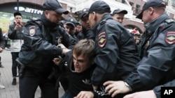 Задержание участника акции оппозиции в центре Москвы, 17 августа 2019 года