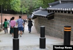 30일 개방된 덕수궁 돌담길 100m 구간에서 시민들이 산책하고 있다.