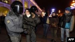 Cảnh sát Nga bắt một nhà hoạt động trong một cuộc biểu tình phản đối ở St. Petersburg hôm 8/12/11