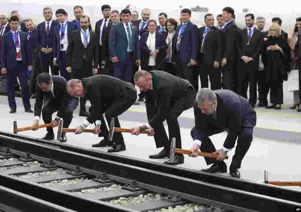 លោកប្រធានាធិបតីតួកគី Recep Tayyip Erdogan លោកប្រធានាធិបតីអាស៊ែបៃហ្សង់ Ilham Aliyev និងលោកនាយករដ្ឋមន្ត្រីហ្សកហ្ស៊ី Ilham Aliyev សម្ពោធផ្លូវរថភ្លើង Baku-Tbilisi-Kars នៅក្នុងក្រុង Baku ប្រទេសអាស៊ែបៃហ្សង់។