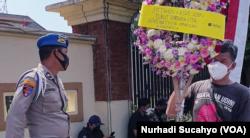 Karangan bunga dari KAMU sebagai simbol matinya keadilan dalam kasus Udin. (Foto: VOA/Nurhadi)