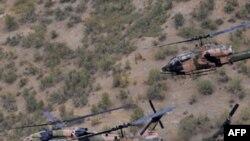Máy bay trực thăng quân sự Thổ Nhĩ Kỳ bay trên không phận tỉnh Hakkari, gần biên giới Iraq, 15/10/2011