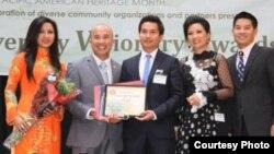 Thiếu tá Hải quân Luật sư Chris Phan (thứ 2 từ trái)