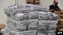 California eyaletindeki Los Angeles İlçesi, Corona pandemisi nedeniyle oy sayım işlemini yapan görevliler arasındaki sosyal mesafeyi arttırmak için posta yoluyla ulaşan oy pusulalarını İlçe Kayıt Dairesi'nden Pomona Fairplex adlı fuar alanına nakletti.