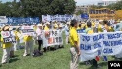 法輪功學員聚集在美國首都華盛頓的國會山前面,譴責中國迫害法輪功學員