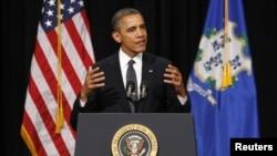 Le président Obama prenant la parole au Lycée de Newtown (16 déc. 2012)