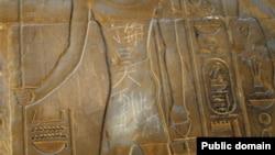 Thiếu niên Trung Quốc 15 tuổi khắc câu 'Đinh Cẩm Hạo đã tới đây' bằng tiếng Trung Quốc trên một phiến đá cổ 3500 tuổi tại Đền thờ Luxor tại Ai Cập.