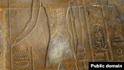 Hàng chữ ''Đinh Cẩm Hạo đã tới đây' bằng tiếng Trung Quốc viết trên tác phẩm điêu khắc cổ 3500 năm tại ngôi Đền Luxor ở Ai Cập.