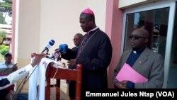 Mgr Samuel Kleda, président de la conférence épiscopale nationale du Cameroun lors d'un point de presse à Yaoundé, le 14 juin 2017. (VOA/Emmanuel Jules Ntap)