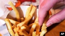 En 2003, casi el 39 por ciento de los niños estadounidenses consumió comida rápida en un día cualquiera, lo que se redujo a menos del 33 por ciento entre 2009 y 2010.