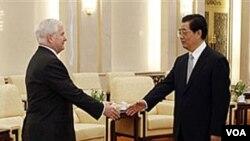 Menteri Pertahanan AS, Robert Gates saat bertemu Presiden Hu Jintao di Beijing, 11 Januari 2011.