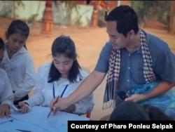 Srey Bandaul seen here teaching art students about visual art. (Courtesy of Phare Ponleu Selapak)