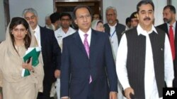 وزیر اعظم یوسف رضا گیلانی اور اُن کی کابینہ میں شامل وزیرِ خزانہ حفیظ شیخ (فائل فوٹو)