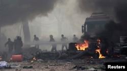 9月6日居民正在莱卡扑灭叙利亚政府军空袭造成的大火