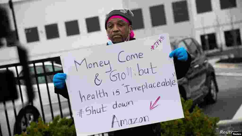 미국 뉴욕에서 신종 코로나바이러스 감염증(COVID-19) 확진자가 급증하는 가운데 세계적인 전자상거래 기업 '아마존' 물류창고가 위치한 스태튼아일랜드에서 직원이 아마존 사업 잠정 중단을 촉구하고 있다.