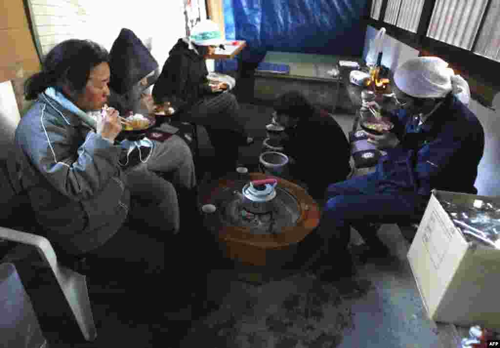 Эвакуированные обедают в буддийском храме в городе Минамисанрику, Япония, 16 марта 2011г.