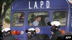 Người biểu tình ngồi trong xe buýt sau khi bị cảnh sát Los Angles bắt giữ, 26/11/2014.
