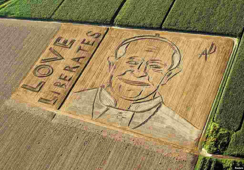 Bức chân dung Đức Giáo Hoàng Francis nhìn từ trên không do nghệ sĩ người Ý Dario Gambarin sáng tạo trên cánh đồng lúa mì đã gặt trong ở Castagnaro, gần Verona, Ý. Ông Gambarin sử dụng máy kéo với cái cày và bừa để tạo ra hình ảnh này trên cánh đồng 25.000 mét vuông.
