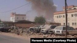 Asap membumbung dari ledakan yang menimpa sebuah gedung pemerintahan di kota Galkayothat, wilayah semi-otonom Puntland, Somalia (21/8).