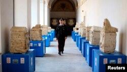 یک پلیس ایتالیایی از کنار برخی از آثار کشف شده مربوط به دوران اتروسکان ها در رم راه می رود. تصویر آرشیوی.