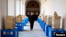 Un policier italien marche dans une église, à Pérouse, Rome, 27 juin 2013.