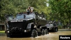 休斯顿市警车在大水里行进