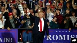 Američki predsednik Donald Tramp maše pristalicama na skupu u Mičigenu, 28. aprila 2018. (Foto: Paul Sancya/AP)