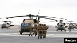 Tentara Yordania berpartisipasi dalam latihan pembebasan sandera dalam upacara penyerahan helikopter Black Hawk dari pemerintah AS ke pemerintah Yordania, di Pangkalan Militer Yordania dekat Kota Zarqa, Yordania, 28 Januari 2018.
