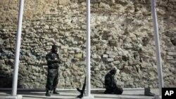 리비아 트리폴리의 중앙 광장에서 기도하는시민군 병사들