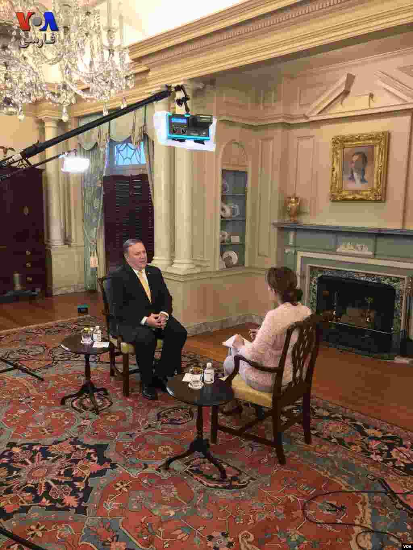 عکسی از پشت صحنه گفتگوی اختصاصی مدیر بخش فارسی صدای آمریکا با مایک پمپئو، وزیر امور خارجهٔ ایالات متحده