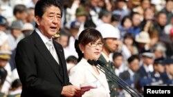 Синдзо Абэ (слева)