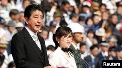이나다 도모미(오른쪽) 일본 방위상이 지난달 말 아베 신조 총리와 함께 자위대를 사열하고 있다.