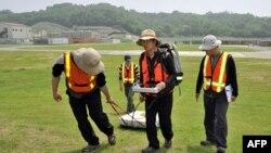 Các nhân viên Nam Triều Tiên tiến hành cuộc khảo sát địa điểm bị cho là bị ô nhiễm tại Trại Carroll ở phía đông nam Seoul, ngày 2/6/2011