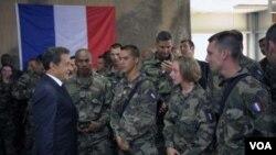 Presiden Prancis, Nicolas Sarkozy berbicara dengan para tentara Prancis yang bertugas di Afghanistan saat kunjungan Juli tahun lalu (foto: dok).