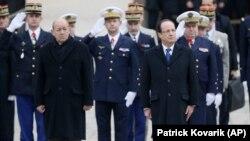 2013年11月26日法國總統奧朗德(右)和國防部長德里安參加軍事儀式: 法國將派遣1000名士兵到中非共和國履行下一個聯合國支持的使命。