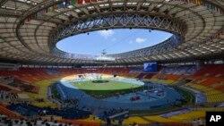 Заключительные приготовления накануне чемпионата мира по легкой атлетике на стадионе Лужники в Москве, Россия, 9 августа 2013.