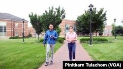 มาญาแคลร์ อาภรณ์สุวรรณ พาทีมงานวีโอเอ ไทย เดินชมรอบๆ มหาวิทยาลัยอลิซาเบธทาวน์ คอลเลจ รัฐเพนซิลเวเนีย