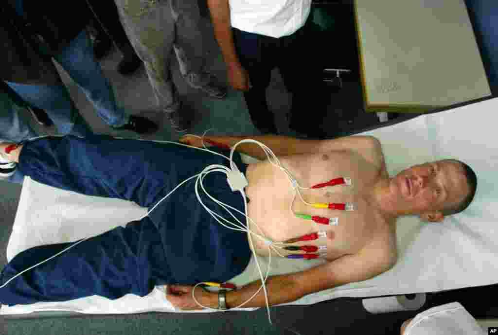 6جولائی 2002ء: لگزمبرگ میں 2002ء کی ٹور ڈی فرانس کی دوڑ سے قبل آرمز اسٹرانگ کا طبی معائنہ کیا جا رہا ہے۔