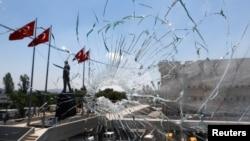 土耳其安卡拉警察总部在未遂政变中一扇被砸坏的窗户 (2016年7月18日)