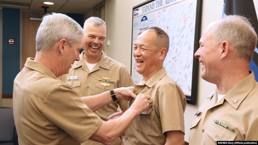 Đại tá Hải quân Nguyễn Từ Huấn được gắn huy hiệu trong một sự kiện ở thủ đô Washington, ngày 8 tháng 1, 2018.