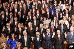 在第114届国会开会第一天,国会众议院共和党一侧成员举手宣誓就职。(2014年1月6日)