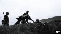 Солдаты Нагорно-Карабахской Республики покидают траншеи перед фронтовой операцией (архивное фото)