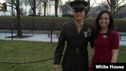 Cô Kathy Phạm và em trai tại Nhà Trắng. Cô Kathy nói rằng em trai đã truyền cảm hứng làm việc vì cộng đồng cho mình.