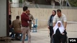 库尔德自治区首府埃尔比勒选民踊跃投票,很多老人和病人都在家人的陪同下前往投票站 (2017年9月25日)