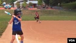 Τα κορίτσια αρχίζουν να παίζουν softball από μικρή ηλικία.